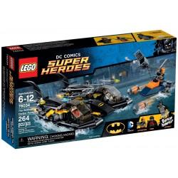 Honička v přístavu s Batmanovým člunem